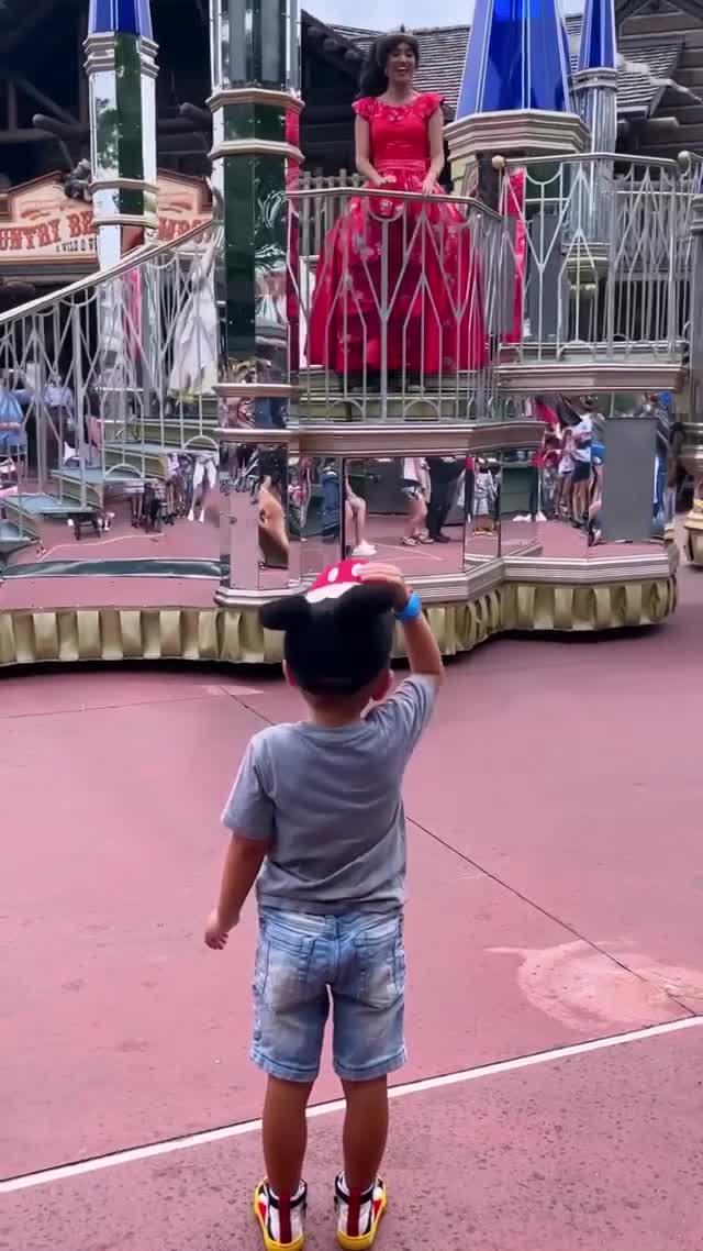 Video of Florida 4-year-old tipping hat to Disney princesses at Magic Kingdom goes viral